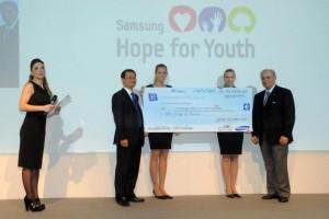 Il Presidente di Samsung Electronics Italia, Mr. Myung, consegna al Dott. Mazzini, responsabile di SOS Italia, Villaggi dei Bambini, l'assegno di 114mila euro raccolti grazie a Hope Relay.